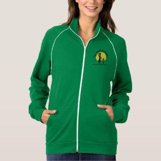 緑女性はフリースのファスナーを締めます ジャケット