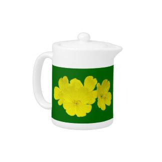 緑茶のポットの黄色いキンボウゲの花