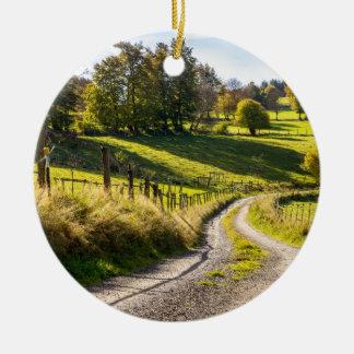 緑草原の景色間の田舎道 セラミックオーナメント