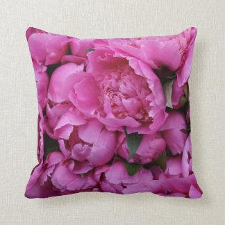 緑豊かなピンクのシャクヤクの花 クッション