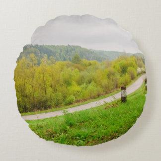 緑豊かな春の景色、Ojcow、ポーランドの丘 ラウンドクッション