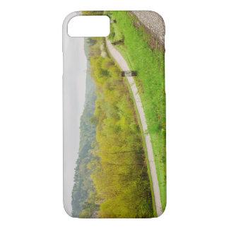 緑豊かな春の景色、Ojcow、ポーランドの丘 iPhone 8/7ケース