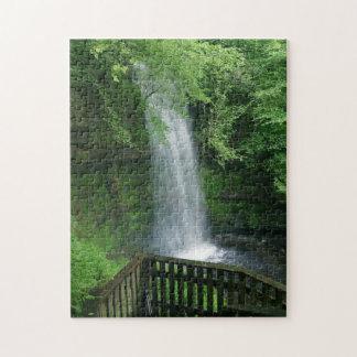 緑豊かな緑の熱帯滝のジグソーパズルのゲーム ジグソーパズル