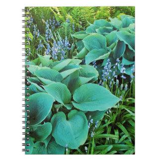 緑豊かな緑のhostAおよびシダの植物の庭 ノートブック