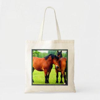 緑豊かな緑草原の美しい湾のばん馬 トートバッグ