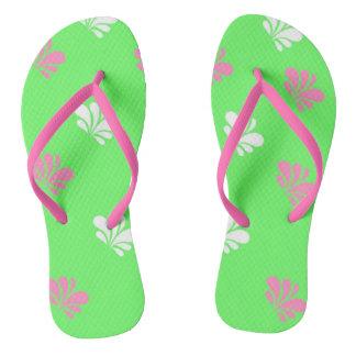 緑、ピンクおよび白いデザインのビーチサンダル ビーチサンダル