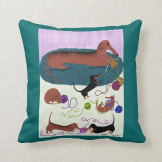 編み物のダックスフントの枕 クッション