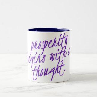 繁栄は思考のコーヒー・マグから始まります ツートーンマグカップ