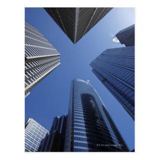 繁華街の低い角度の上向きの外観 ポストカード