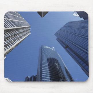 繁華街の低い角度の上向きの外観 マウスパッド