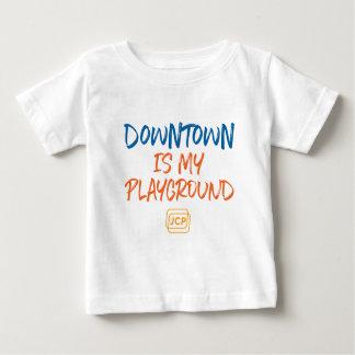 繁華街は運動場のジャージーの私のTシャツです ベビーTシャツ