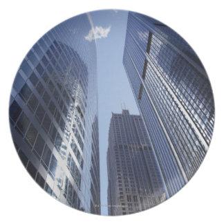 繁華街2の低い角度の上向きの外観 プレート
