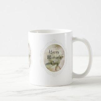 織り目加工の白いバラの母の日のマグ コーヒーマグカップ