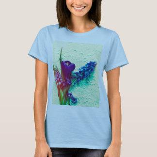 織り目加工の背景の青い春の花 Tシャツ