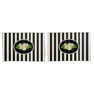 置かれるエレガントで黒くストライプのな真珠及び白いバラ 枕カバー