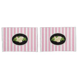 置かれるエレガントなピンクのストライプのな真珠及び白いバラ 枕カバー
