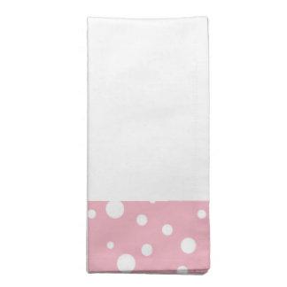 置かれるピンクおよび白い水玉模様のナプキン ナプキンクロス