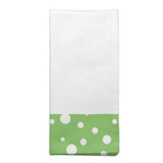 置かれる緑および白い水玉模様のナプキン ナプキンクロス