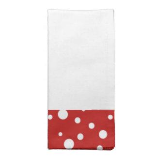 置かれる赤と白の水玉模様のナプキン ナプキンクロス