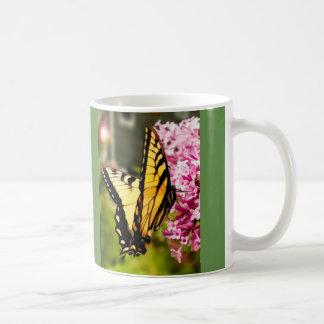 美しいアゲハチョウの蝶w/green背景 コーヒーマグカップ