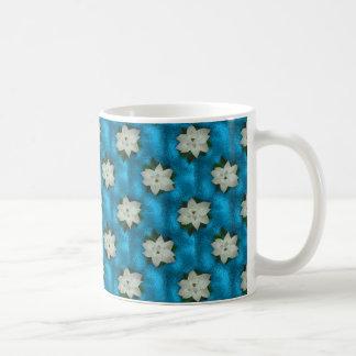 美しいクリスマスの白いポインセチア及び緑の草木 コーヒーマグカップ