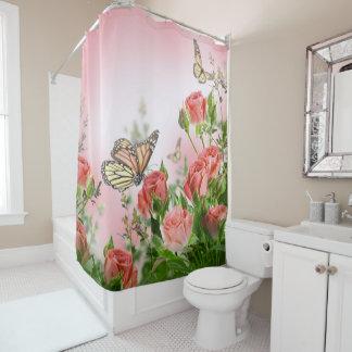 美しいピンクのバラおよび蝶 シャワーカーテン