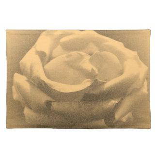 美しいピンクのバラのクローズアップの古い写真 ランチョンマット
