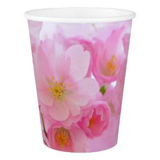 美しいピンクの日本のな桜の開花 紙コップ