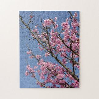 美しいピンクの桜および青空 ジグソーパズル