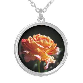 美しい三色のバラは、めっきされたネックレスに銀を着せます シルバープレートネックレス
