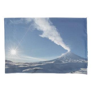 美しい冬の噴火のstratovolcano 枕カバー