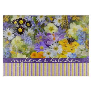 美しい春の花のコラージュのすみれ色の黄色 カッティングボード