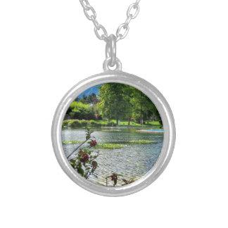 美しい晴れた日の秘密の池 シルバープレートネックレス