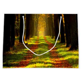 美しい森林道の道 ラージペーパーバッグ
