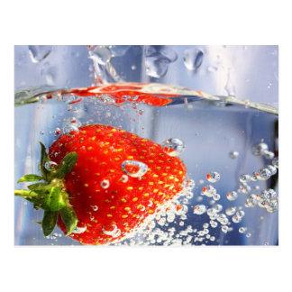 美しい水写真撮影のいちごのフルーツ 葉書き