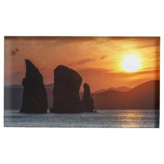 美しい海景: 日没の岩だらけの島 テーブルカードホルダー