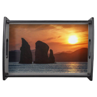美しい海景: 日没の岩だらけの島 トレー