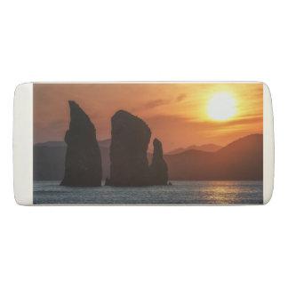 美しい海景: 日没の岩だらけの島 消しゴム