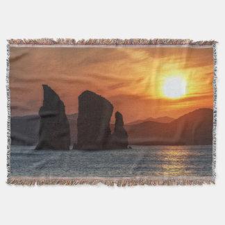 美しい海景: 日没の3岩だらけの島 スローブランケット