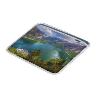 美しい湖の眺め MacBook スリーブ