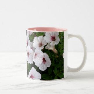 美しい紫色および白いペチュニア ツートーンマグカップ