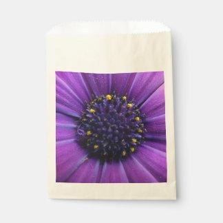 美しい紫色の花の中心 フェイバーバッグ