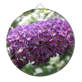 美しい紫色のBuddleiaによっては投げ矢板が開花します ダーツボード
