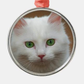 美しい緑色の目の白い猫の肖像画 メタルオーナメント