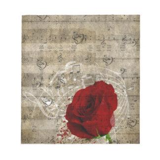 美しい赤いバラ音楽ノートは衰退したピアノ渦巻きます ノートパッド