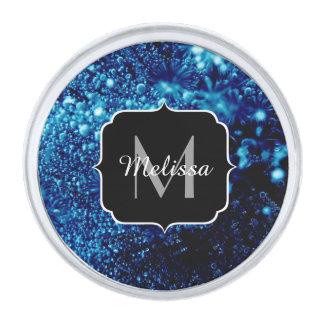 美しい青の輝きによって凍っていられている泡モノグラム シルバー ラペルピン