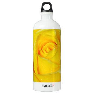 美しい黄色のバラの花びら ウォーターボトル