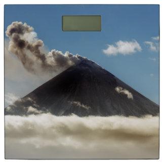 美しく強力な噴火の火山 体重計