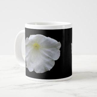 美しく白いペチュニアのマグ ジャンボコーヒーマグカップ