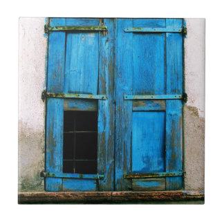 美しく素朴で古く青い窓シャッターギリシャ タイル